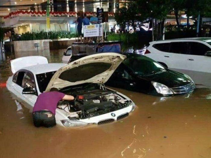 Hati-hati Cabut Aki Saat Mobil Kebanjiran, Ini Caranya